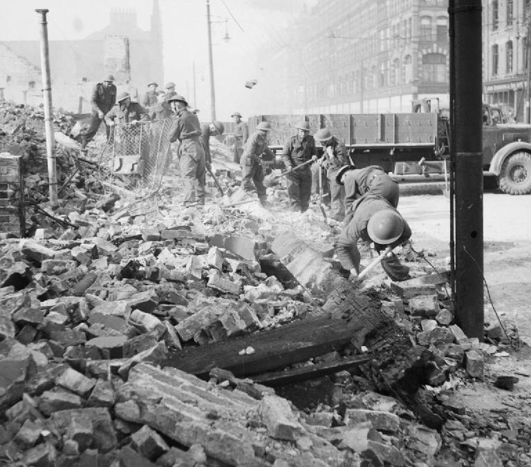 Британские солдаты разбирают завалы после налёта немецкой авиации на Белфаст в мае 1941 года.