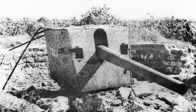 Поврежденное 130-мм орудие защитников Лиепаи.