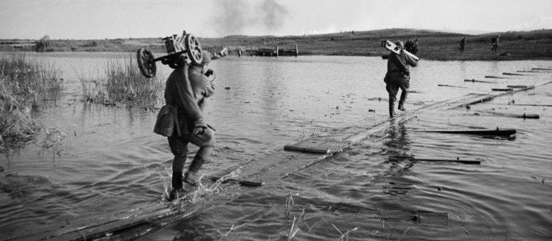 Переправа через реку у Воронежа. Июнь 1942 г.