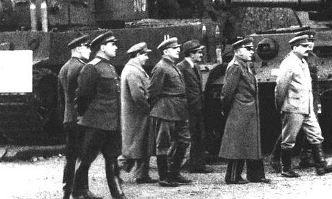 Члены ГКО на выставке образцов трофейного немецкого вооружения в парке им. Горького. Москва, 1943 г.