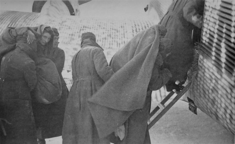 Погрузка раненых немецких солдат в самолет Ju-52 на аэродроме в Сталинградском котле. 1942 г.