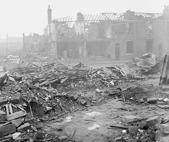 Разрушения на улице Астон Ньютаун.