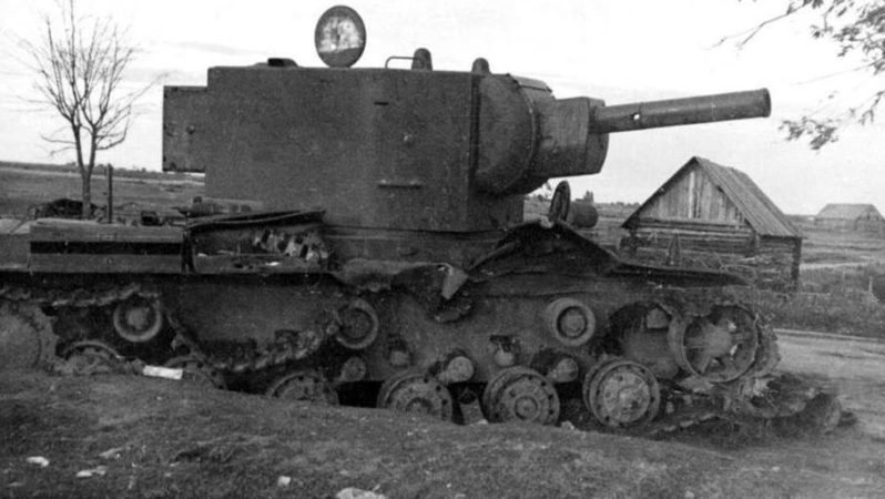 Танк КВ-2, подбитый в Острове 5 июля.