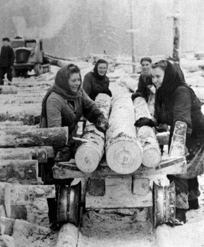 Эстонские девушки, депортированные с о. Саарема на поселении работают на лесозаготовках в Кировской области.