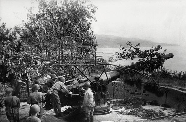 Советское орудие береговой батареи.