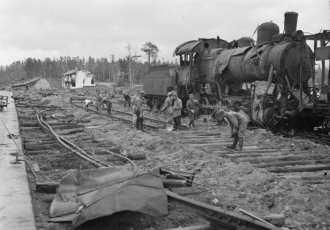 Ремонт на станции Хиитола после советской бомбардировки.