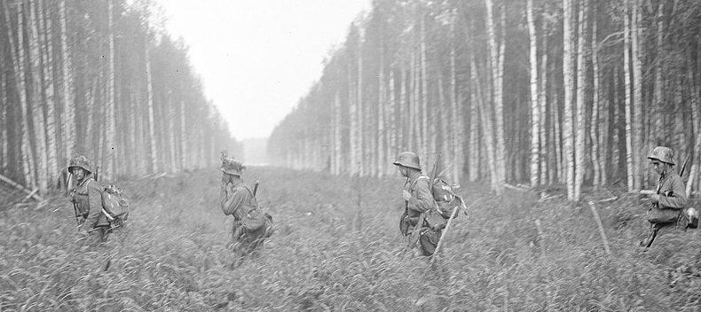 Финские солдаты пересекают советскую границу.