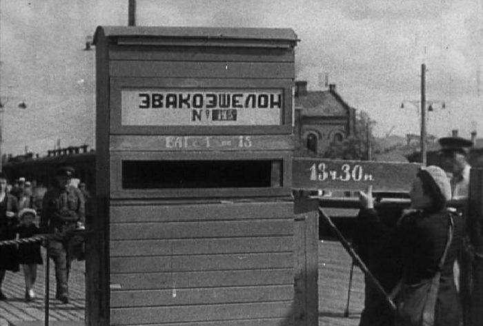 В ожидании эвакуационного эшелона на Казанском вокзале.