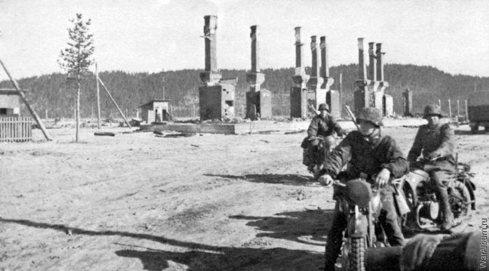 Немецкие мотоциклисты в поселке Алакуртти.
