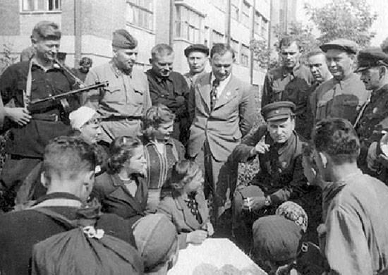 Начальник ЦШПД Пономаренко с белорусскими партизанами. Москва, 17 сентября 1942 г.