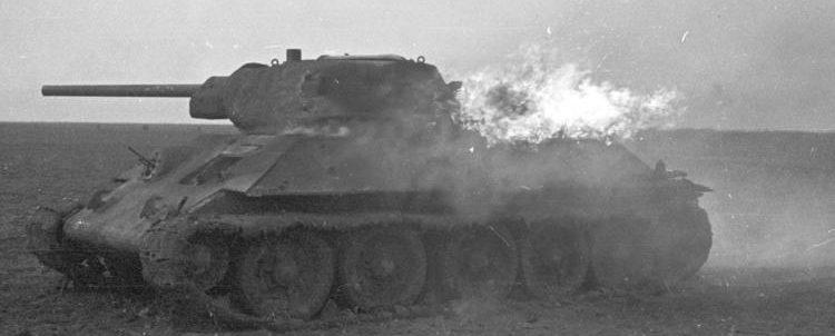 Горящий Т-34 во время сражения у Дубно.