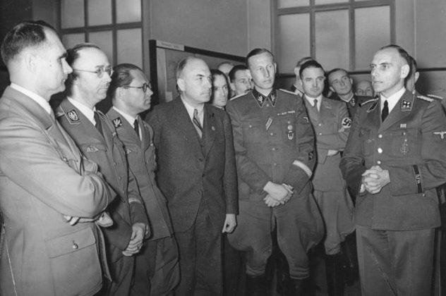 Профессор Майер плановой службы RKFDV выступает перед Гиммлером, Гессом, Гейдрихом и Тодтом во время выставки «Планирование и построение нового порядка на Востоке» с тезисами Генерального плана Ост.