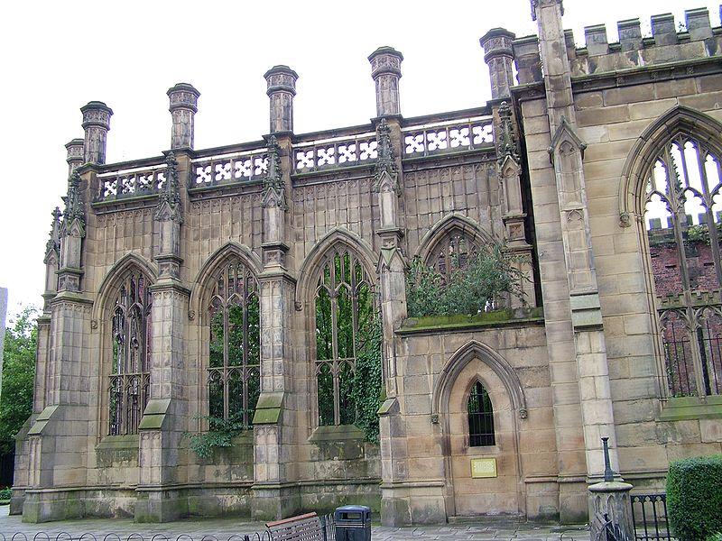 Памятник «Ливерпульскому блицу», сгоревшая внешняя стена церкви Святого Луки, расположенная в центре города.