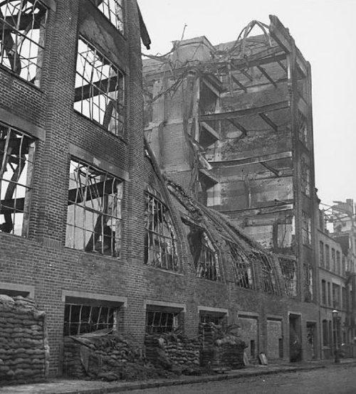 Разрушенное здание фабрики.
