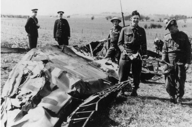 Обломки самолета, на котором Рудольф Гесс долетел до Британии.