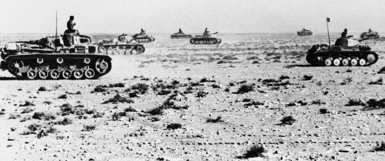 Немецкие танки наступают в пустыне.