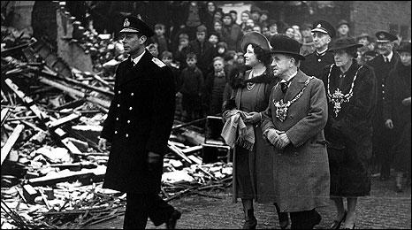 Король Георг VI и королева Елизавета в Шеффилде после авианалета.