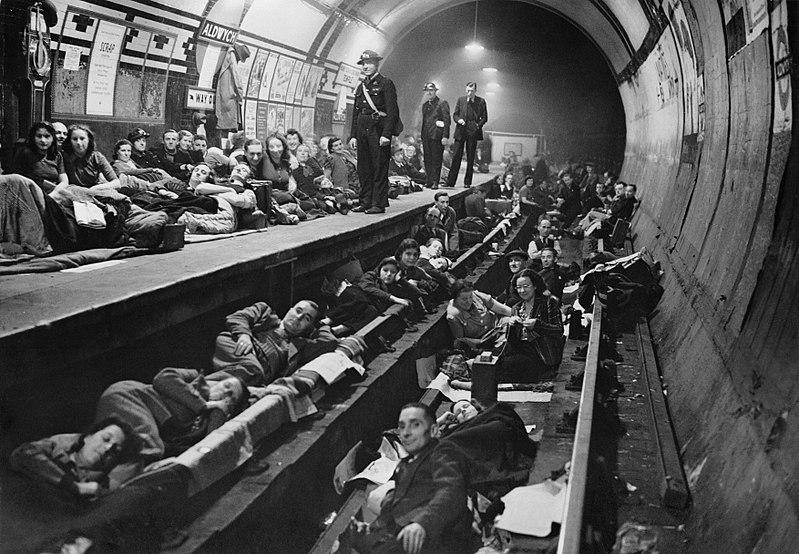 Станция метро Aldwych в качестве бомбоубежища.