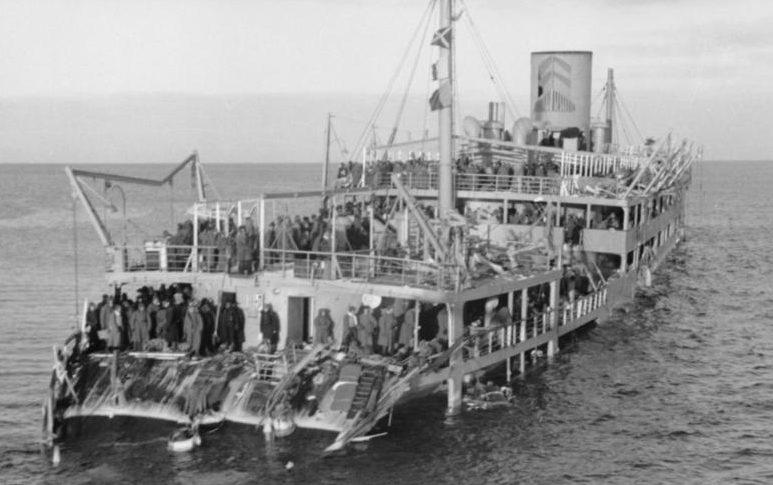 Лайнер «Иосиф Сталин», использовавшийся как военный транспорт «ВТ-521», подорвавшийся 3 декабря при эвакуации Ханко на мине и захваченный немцами.