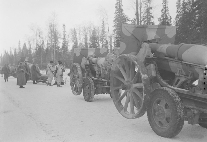 Финские артиллеристы в наступлении.