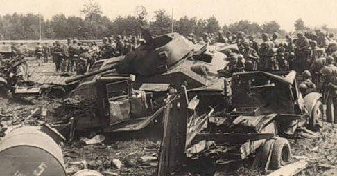 Жертвы немецкой бомбардировки у Рославля. Лето 1941 года.