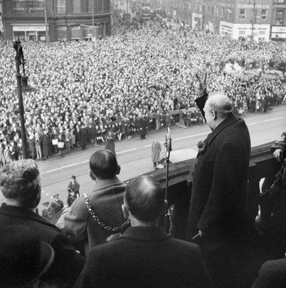 Черчилль во время выступления в Шеффилде.