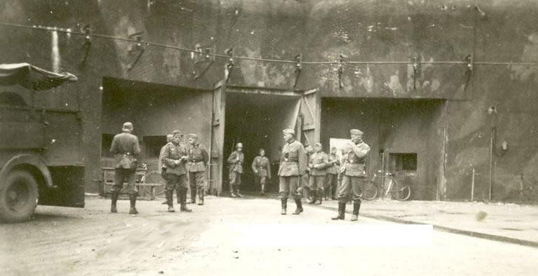 Немецкие войска на территории форта в 1940 году.