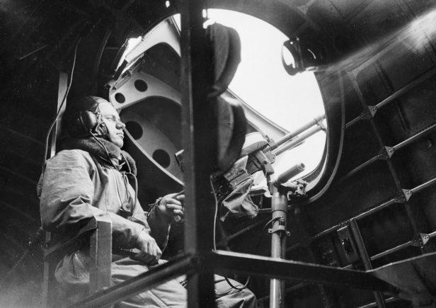 Стрелок бомбардировщика 10-й эскадрильи RAAF, базирующейся в Плимуте. Июль 1940 г.