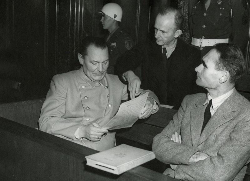 Рудольф Гесс и Герман Геринг на Нюрнбергском процессе. 1946 г.