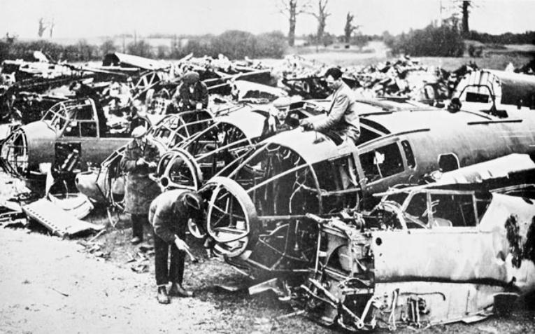 Кладбище разбитых немецких самолетов в Лондоне.