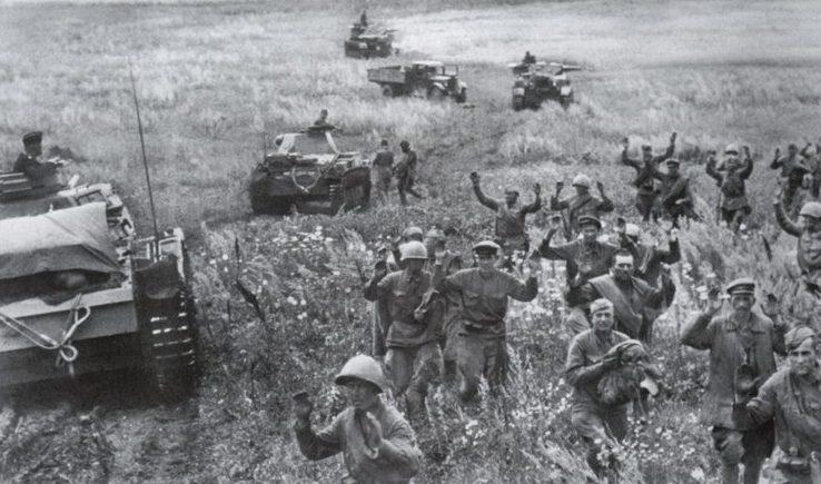 Красноармейцы сдаются в плен у Дубно.