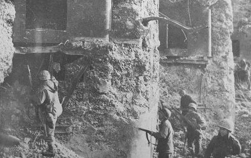 Штурм форта американскими войсками в 1944 году.