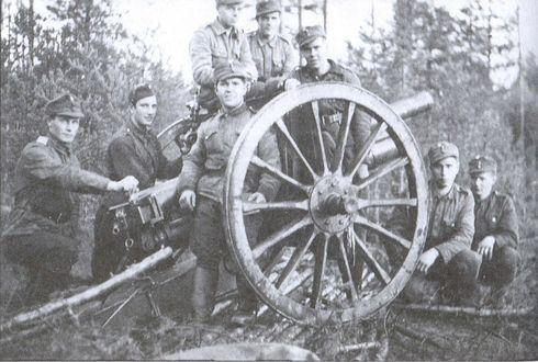 Финский расчет трехдюймового орудия.