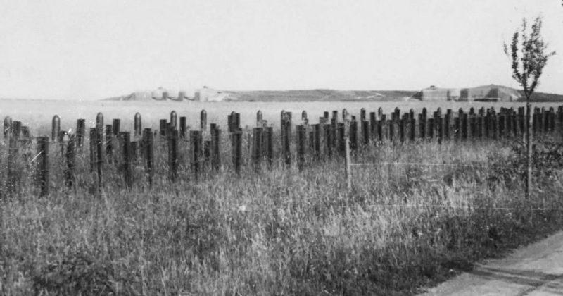 Противотанковые заграждения у форта в годы войны и сегодня.