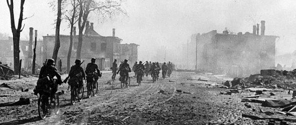 Немецкие войска входят в город. 15 августа 1941 г.