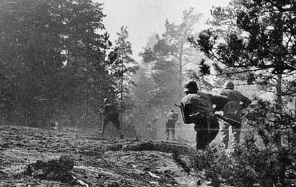 Финские солдаты атакуют базу Ханко.