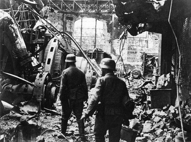 Немецкие солдаты пробираются через генераторный зал разрушенной электростанции в Сталинграде. 19432 г.