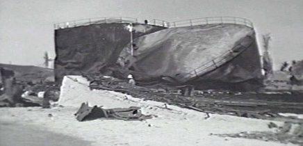 Поврежденное оборудование в порту Науру, после немецкой бомбардировки. 27 декабря 1940 г.