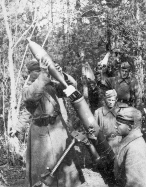 Советские минометчики в районе Ржева. Октябрь 1941 г.