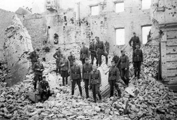 Немецкие солдаты на руинах Брестской крепости.