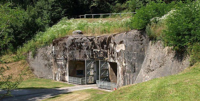 Входной блок в склад боеприпасов с наземной железной дорогой.