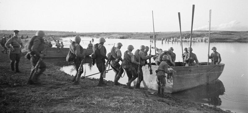 Красноармейцы переправились на лодках через реку южнее Воронежа. Июнь 1942 г.