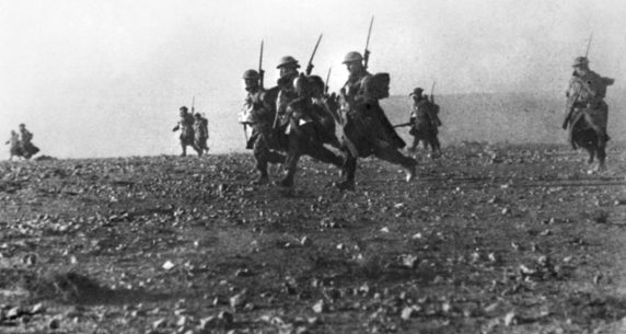 Австралийская пехота в атаке. Бардия. Северная Африка, 6 января 1941 г.