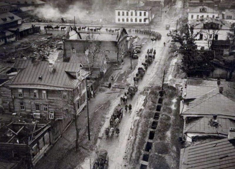 Немецкие войска входят в город. 14 октября 1941 г.
