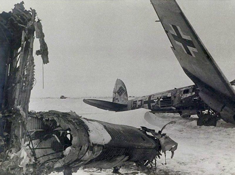Разбитые НЕ-111 на Сталинградском аэродроме Питомник.