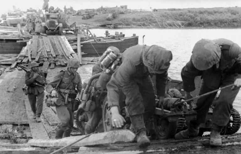 Немецкие солдаты форсируют Дон под Воронежем. Июнь 1942 г.