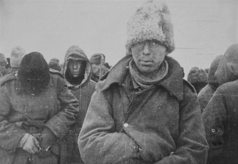 Румынские и немецкие солдаты, сдавшиеся в плен под Сталинградом. 1942 г.