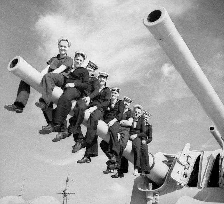 Моряки легкого крейсера «Perth» верхом на орудии главного калибра. Январь 1941 г.