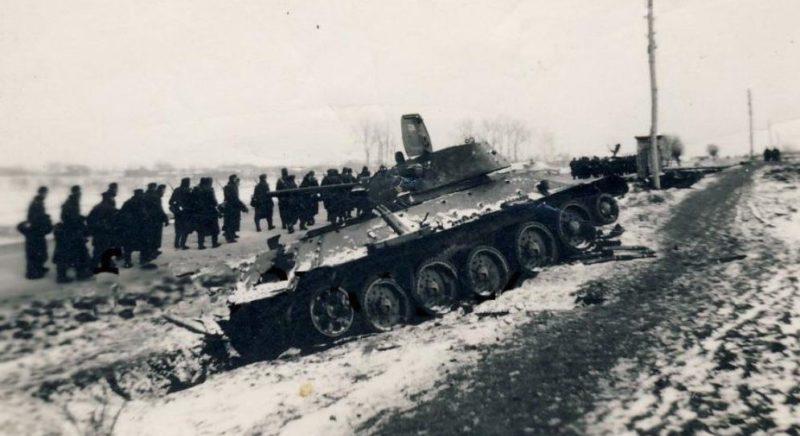 Танк Т-34 мл. л-та Олейника П.З., подбитый во время боев. 4 октября 1941 г.