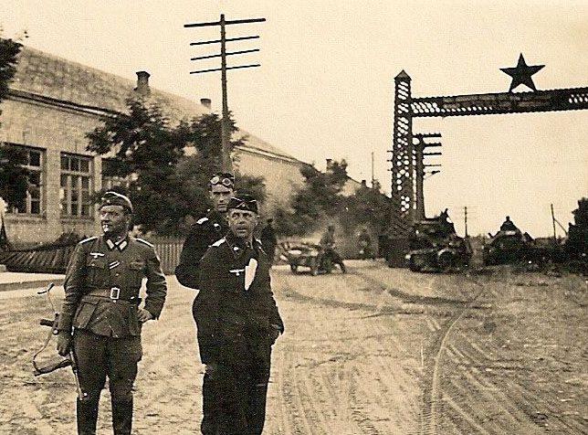 Немецкие войска входят в горящий Рославль Смоленской области. Август 1941 г.